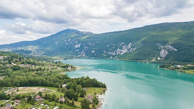 Maison pied dans l'eau lac d'Aiguebelette